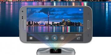 Smartphone Samsung Galaxy Beam 2 wirft Bild an die Wand