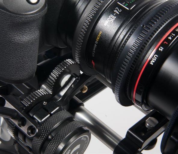 Flüssiges Vergrößern: Ein sogenannter Fluid Zoom ermöglicht das gleichmäßige Verändern der Brennweite per Hebel. Dies erlaubt flüssige und saubere Zooms während der Filmaufnahme.