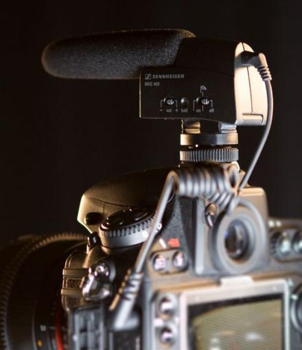 Für besten Ton: Ein externes Mikrofon wie das Senneheiser MKE400 (ca. 180 Euro) verbessert die Tonqualität der digitalen Spiegelreflexkamera erheblich.