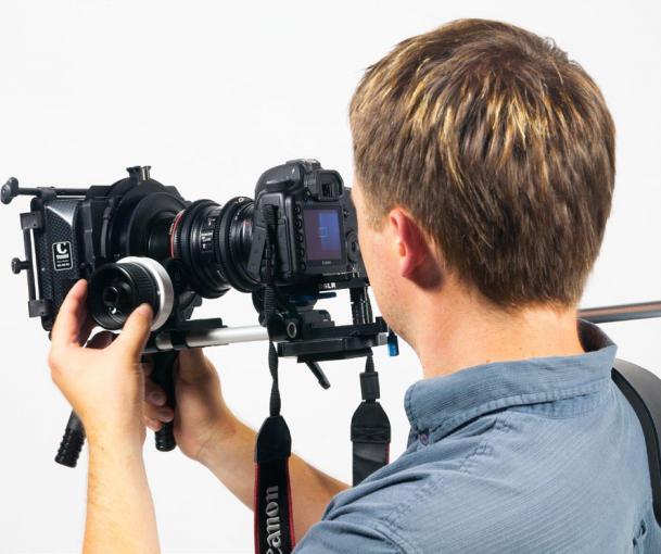 Stablisierung mit dem Körper: Schulterstützen ermöglichen eine entspannte und stabile Haltung der Kamera im mobilen Einsatz. Diese professionelle Variante lässt sich unter anderem mit einem Fókushebel nutzen.