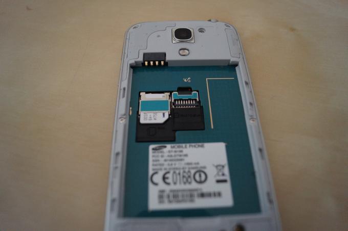 Der recht geringe interne Speicher kann via micro-SD-Karte aufgestockt werden. Der entsprechende Slot sitzt unter dem Akku.