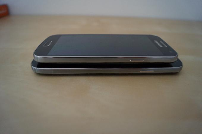 Das S4 mini gleicht dem S4 wie ein Ei dem anderen. Dank seiner geringeren Größe liegt das Gerät aber besser in der Hand.