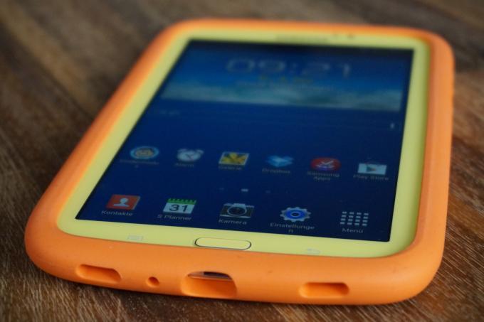 Grell geschminkt: Mit der orangefarbenen Schutzhülle und dem gelben Gehäuse sieht das Tablet schon von Weitem nach Kindergarten aus.