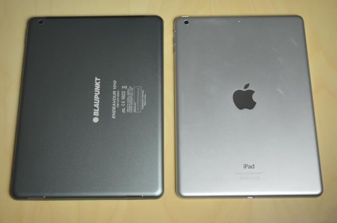 Die Rückseite besteht in beiden Fällen aus Aluminium, ist beim iPad Air aber stabiler und hochwertiger. Dafür kostet das Blaupunkt-Tablet auch nur ein Drittel.