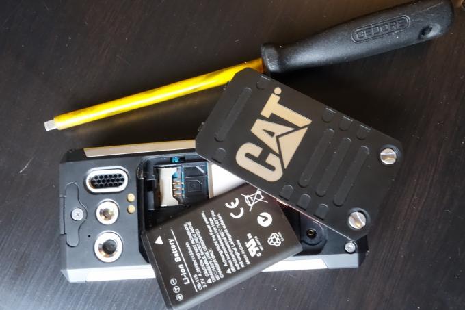 Der Akku sowie die SIM- und SD-Karten-Einschübe befinden sich hinter einer Abdeckung, die per Schraubenzieher geöffnet werden muss