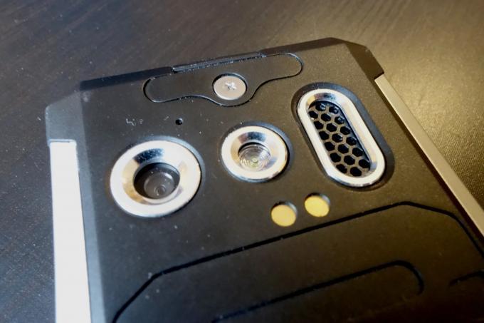 Kamera und Rausch-Mikrofon sind gut geschützt. Während die Knipse wenig taugt, macht das Mikrofon einen hervorragenden Job
