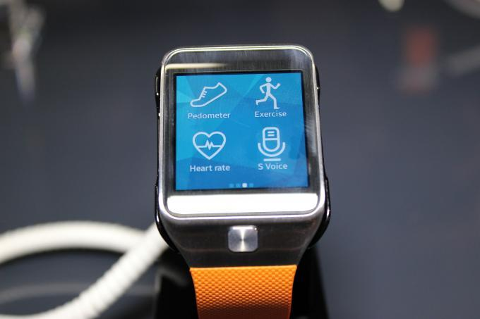 Hands-on-Video zu den Gear-Geschwistern - Wasserabweisende Fitness-Tracker und krummes Display