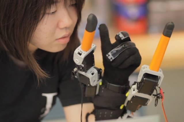 Roboterfinger ergänzen mit 2 Fingern die menschliche Hand