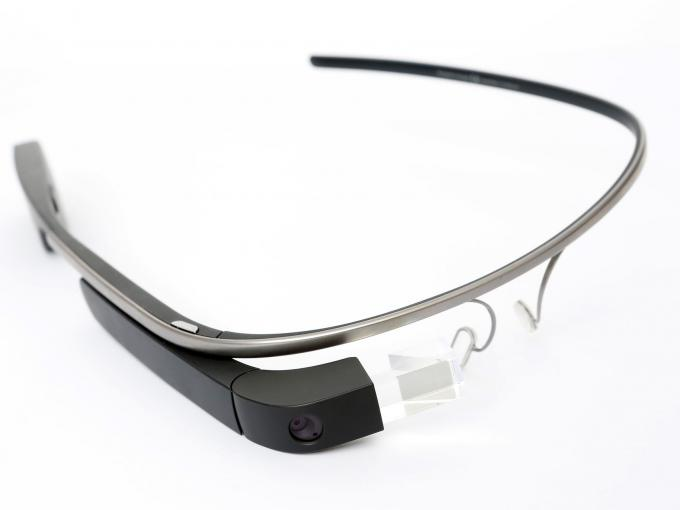 Die Technologie, die Google für seine Datenbrille entwickelt habe, sei Schmidt zufolge viel zu wertvoll, um sie nicht weiterzuentwickeln