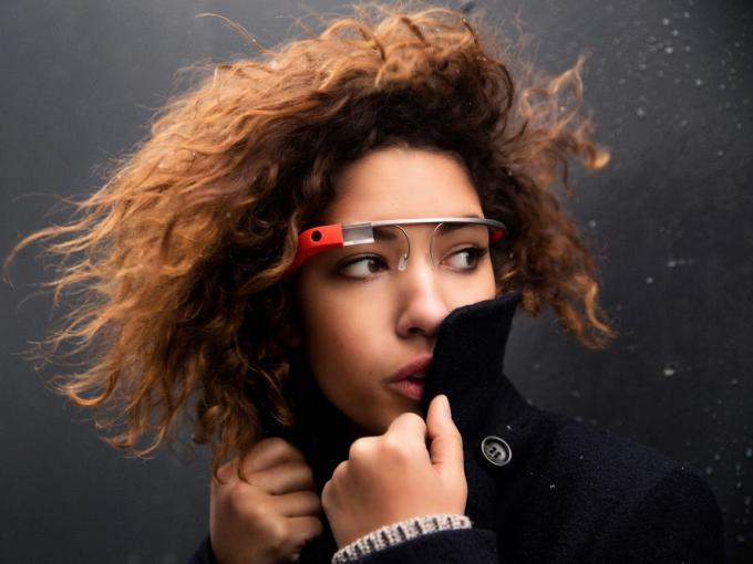 Google hatte seine Datenbrille Google Glass unter dem Glass Explorer-Programm im Februar 2013 Entwicklern zur Verfügung gestellt