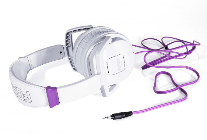 Das Kabel der halb-offenen Kopfhörer ist mir 1,20 m ausreichend lang. Im Lieferumfang ist außerdem ein Verlängerungskabel mit Adapter enthalten.