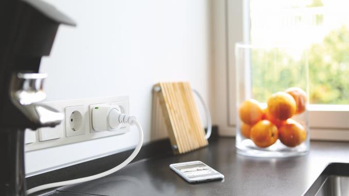 """Noch nie war Stromsparen schöner. Die Elgato-Steckdose """"Eve Energy"""" ist optisch deutlich weniger aufdringlich als viele Konkurrenzprodukte und allein deshalb schon ein Liebling der Redaktion. Sie misst den Stromverbrauch und ist per App auch..."""