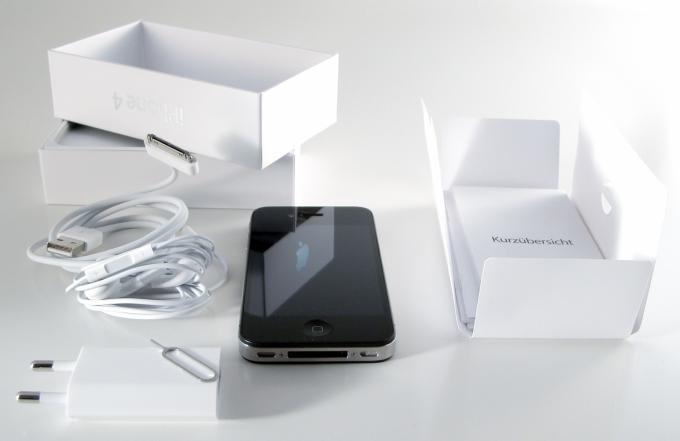 Das nötigste an Zubehör steckt in jeder iPhone-Schachtel, darüber hinaus hat sich rund um das Apple-Smartphone ein millionenschwerer Markt für weiteres Zubehör gebildet