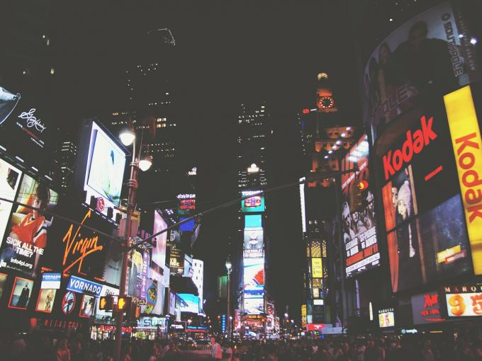 Wie kann man eigentlich Werbung im richtigen Leben ausblenden, so wie hier am Times Square in New York?