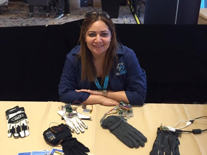"""Hadeel Ayoub mit Prototypen des """"Re:Voice""""-Handschuhs"""