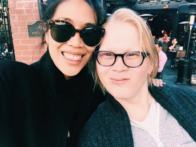 Meredith Talusan (links) mit ihrer jüngeren Schwester