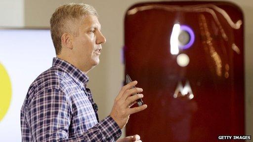 Rick Osterloh, Motorola-CEO, kontert Jony Ives Kritik.