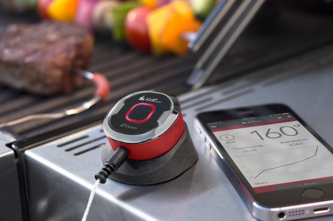 Mithilfe des iGrill Mini können Sie die Fleischtemperatur messen und per App anzeigen lassen.