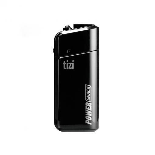 Der tizi PowerSnack wird mithilfe von zwei AA-Batterien betrieben und liefert rund 15 Prozent an Akkuleistung.