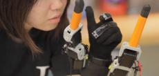 Zwei Roboterfinger  für die menschliche Hand