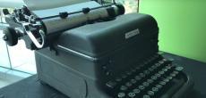 Diese magische Schreibmaschine von Mercedes denkt sich eigene Geschichten aus