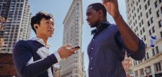 Mann im Ohr: The Dash Pro Bluetooth-Kopfhörer mit Simultandolmetscher